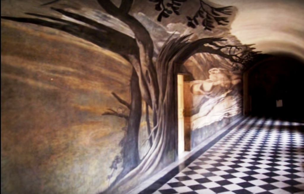 L'immagine del ritratto,, della grotta e degli alberi si ricompongono perfettamente soltanto da un punto di vista