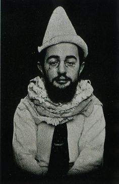 Henri veste gli abiti del triste Pierrot lunaire