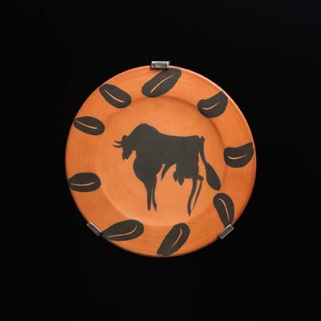 Taureau, marli aux feuilles, 1957 24,1 cm Ø Piatto tondo argilla, decorazione ingobbi e inciso / red earthenwere tuned round plates with knife engraving
