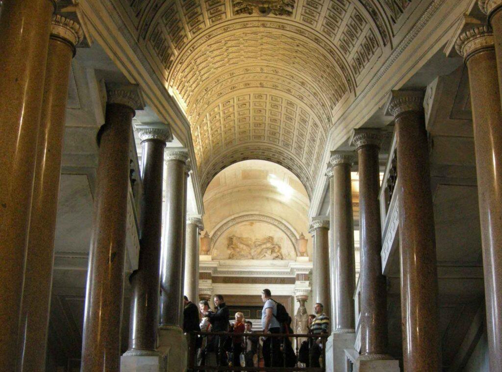 Musei_vaticani,_scalone