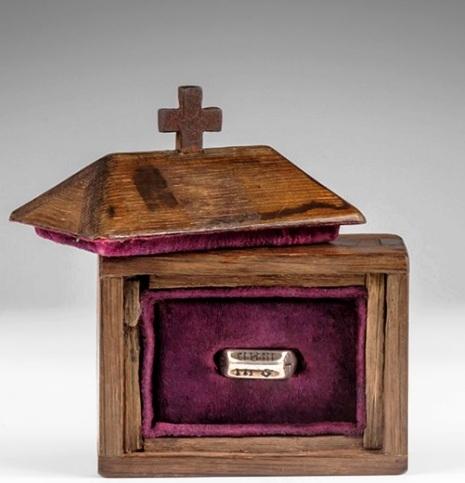 Il reliquiario di legno di quercia nel quale è riposto l'anello