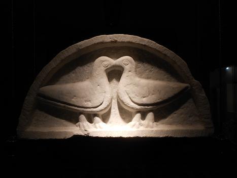 Il bacio tra tortore-colombe, rilievo pre-romanico, in lunetta, Gerenova, Santa Maria di Castello genova