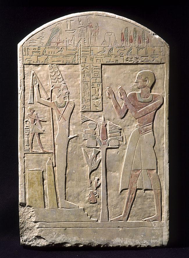 Stele di Aku XII-XIII dinastia (1976 – 1648 a.C.) Calcare con tracce di policromia Abido. Collezione Palagi, già Nizzoli Museo Civico Archeologico, Bologna, inv. EG 1911 Altezza: 64cm, larghezza: 41,5cm, spessore: 10cm Aku, 'maggiordomo della divina offerta', è il dedicante di questa stele a Min-Hor-nekhet, la forma del dio itifallico Min adorata ad Abido. La preghiera che Aku rivolge al dio ci racconta di una esistenza ultraterrena in un mondo concepito come tripartito: in cielo dove il defunto si trasfigura in stella, in terra dove la sepoltura è luogo fondamentale del passaggio dalla vita alla morte e in oltretomba dove il defunto è giustificato da Osiride ad una vita eterna