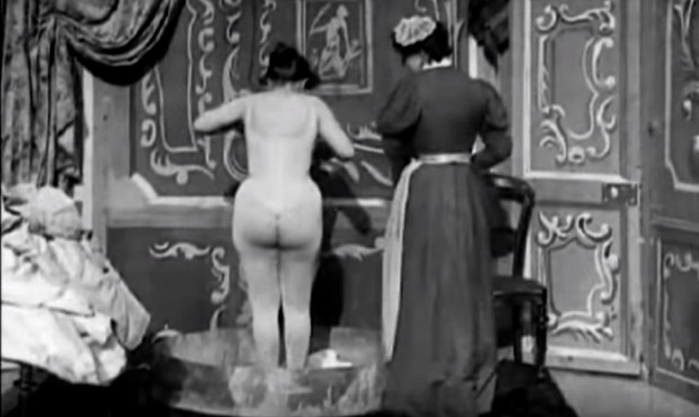 """Il primo film """"porno"""" al mondo fu firmato da Méliès nel 1897. Il filmato nell'articolo"""