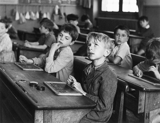 Robert Doisneau L'informazione scolastica, Parigi 1956 © Atelier Robert Doisneau