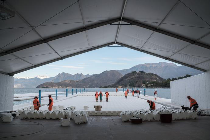 Presso la sede di Montecolino, lavoratori edili assemblano i moli, che vengono prodotti in segmenti di 100 metri di lunghezza e memorizzati fuori Montecolino sul lago d'Iseo, Foto: Wolfgang Volz