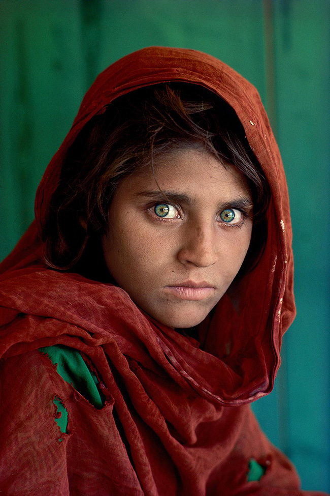 Steve McCurry: Sharbat Gula, Afghan Girl, at Nasir Bagh refugee camp near Peshawar, Pakistan, 1984. Peshawar, Pakistan, 1984 ©Steve McCurry.