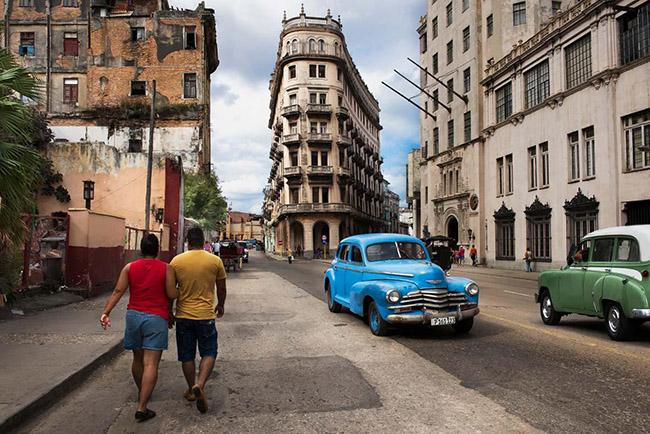 Steve McCurry: Street scene in Havana, Cuba. Havana, Cuba, 2014. ©Steve McCurry.