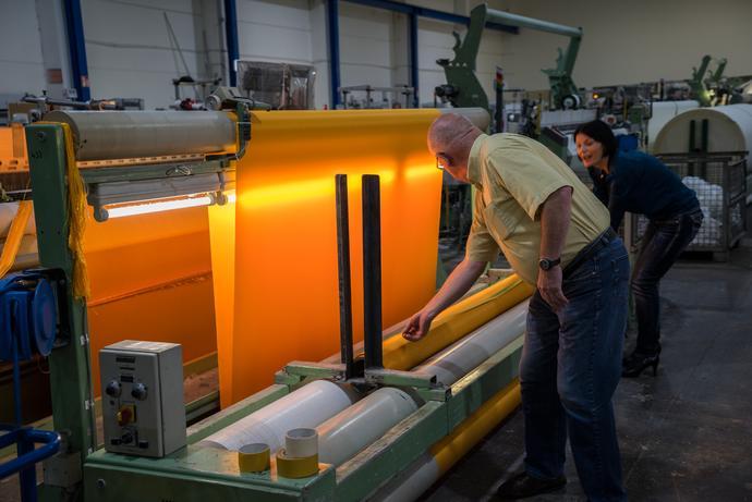 Al Setex produttore tessile, vengono prodotte 90.000 metri quadrati di tessuto giallo luccicante, Greven, Germania, agosto 2014 Foto: Wolfgang Volz