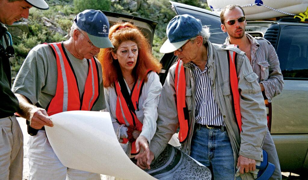 Christo e Jeanne-Claude esaminano un progetto, durante la fase di realizzazione