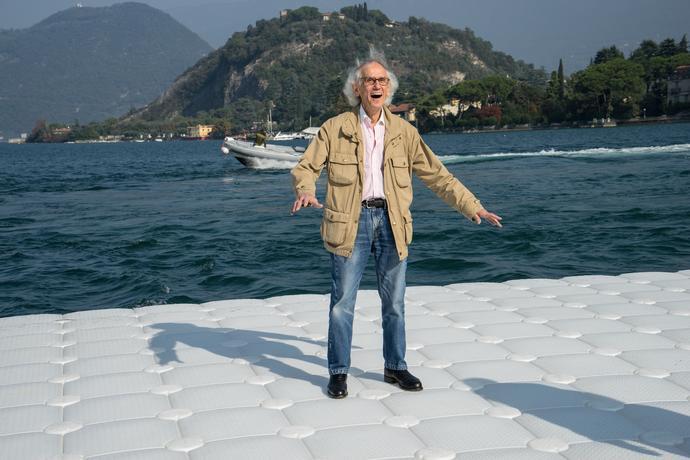 Durante il test a grandezza naturale a Montecolino, Christo è ovviamente felice come i moli ondeggiano con il movimento delle onde, il lago d'Iseo, ottobre 2015 Foto: Wolfgang Volz