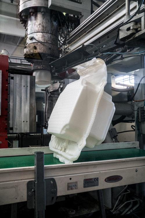 In una fabbrica a Fondotoce al Lago Magiore, 200.000 ad alta densità cubetti di polietilene sono prodotte in un periodo di otto mesi prima consegnati allo stoccaggio del progetto in Montecolino, gennaio 2016 Foto: Wolfgang Volz