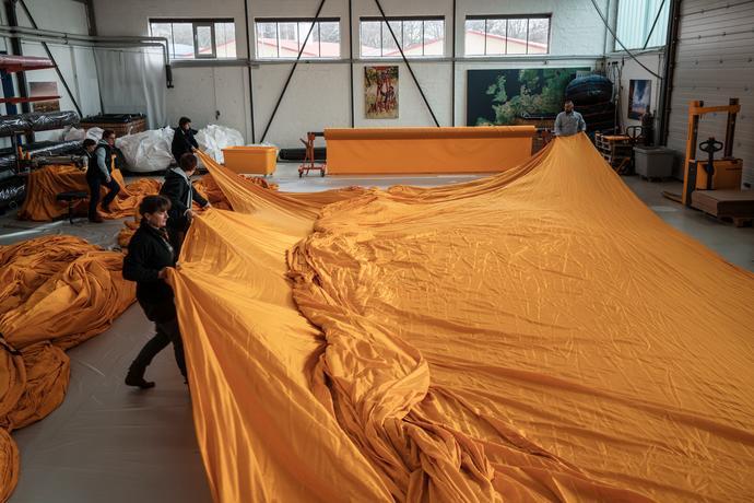 75.000 metri quadrati di tessuto giallo sono cuciti in pannelli, Lubecca, Germania, Febbraio 2016 Foto: Wolfgang Volz