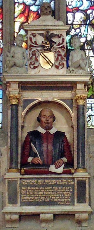 Il monumento a William Shakespeare, collocato sul muro, poco sopra le tombe del poeta e della moglie