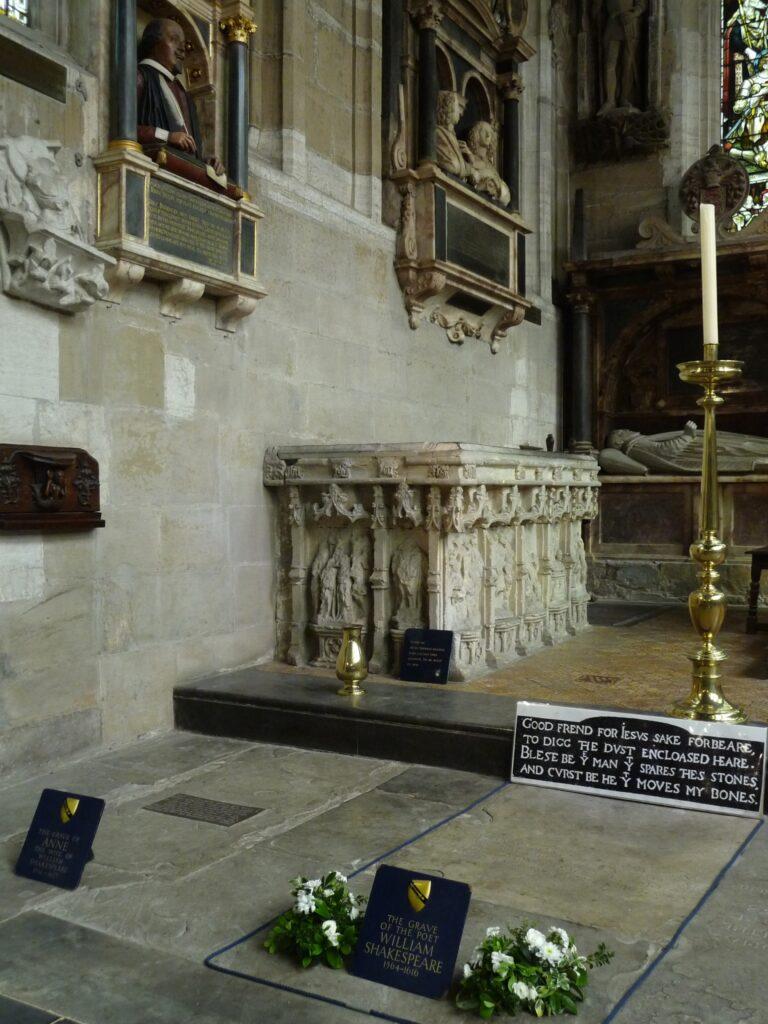 Le sepolture dei coniugi Shakespeare ricavate nel pavimento della chiesa. Sulla lastra tombale del poeta appare la maledizione a chi toccherà le sue ceneri