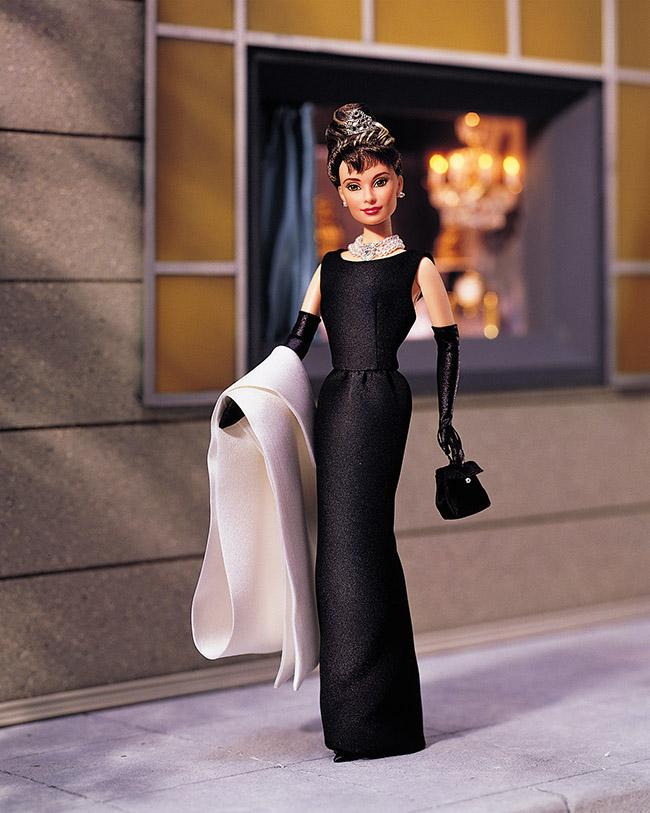 Barbie as Audrey Hepburn, 1998 © Mattel Inc. Audrey Hepburn con il Black evening gown disegnato per Breakfast at Tiffany's da Hubert de Givenchy (1961)