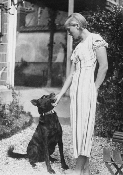 La modella nel 1928. Alta, occhi chiari, carattere solare. Picasso trovò l'antipode, anni dopo, in Dora Maar