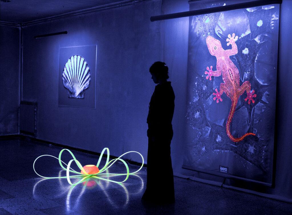 Esempio di opere, create tramite colori fluorescenti, dell'artista Beo Beyond