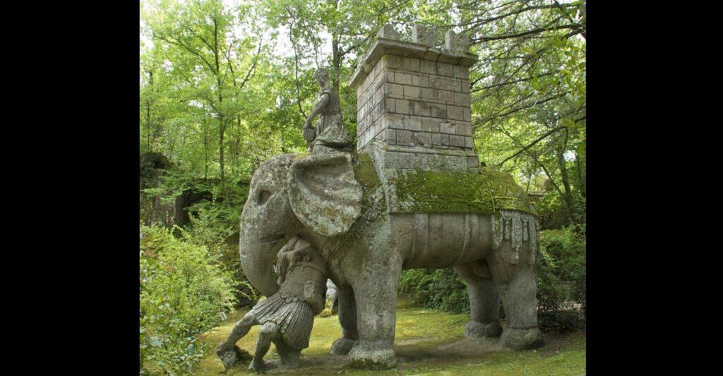 Elefante dell'esercito d'Annibale, rappresentato mentre affronta un soldato romano. L'opera, del Cinquecento, è conservata nel Parco dei mostri di Bomarzo, in provincia di Viterbo